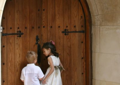 kids_at_church_door